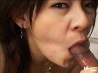 Asiatica muista spermata in gura de unu cu pula mica