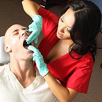 Asistenta perversa suge un pacient pe scaunul de stomatolog