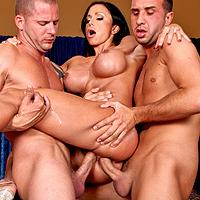 Bruneta face perversiuni cu 2 baieti dotati de la cleaning