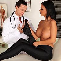 Pacienta cu tate mari este fututa de domn doctor