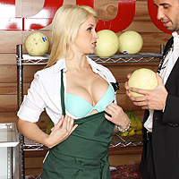 Blonda se indeasa cu botul in pula, o vrea toata in gat