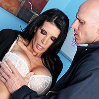 Milfa bruneta cu tate mari fututa de un angajat dotat