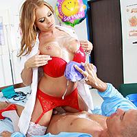 Asistenta tanara este luata la pula de un pacient