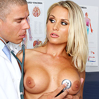 Doctorul pervers care penetreaza pacientele in pizda si le da muie