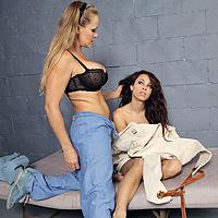 2 lesbiene perverse se fut in puscarie cu un strep