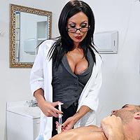 Asistenta bruneta , suge pula si se fute cu un pacient