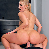Anal adanc in curul unei blonde disperate sa se futa dur