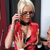 Secretara prinsa in lanturi, face sex cu seful la birou