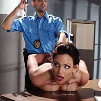 Il poliziotto chiava duramente la tettona vogliosa