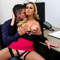 Sex la birou cu o colega cam curva care vrea pula