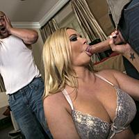 Un regizor ii fute pizda blondei cu tate mari