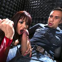 O curva roscata face sex anal cu un barbat necunoscut