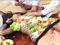 O asiatica pe post de servit masa e masturbata si spermata