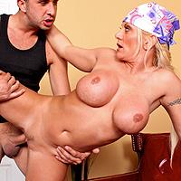 Blonda cu tate siliconate suge o pula mare
