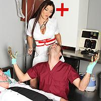 Asistenta bruneta penetrata anal de un pacient excitat