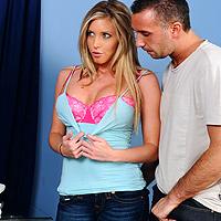 Scena de sex pervers cu o blonda cu tate mari
