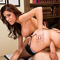 Fata sexy cu tate mari face sex la birou cu un pervers dotat