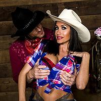 Cowboy cu pula mare fute in grajd o bruneta sexy