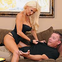 O blonda sexoasa cu tate mari face sex excitata
