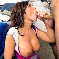 O milfa cu tate mari face sex anal cu un tanar potent